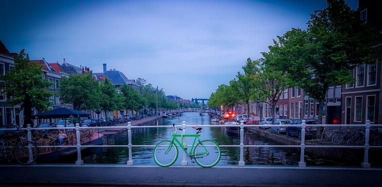 Bicicleta en Canal en Leiden